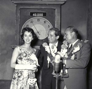 """Perry Como tra Marisa Borroni e Mario Riva, """"Il musichiere"""", 1958. Fonte: RAI"""