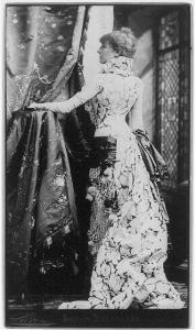 Sarah Bernhardt vestita da Worth, foto di N. Sarony, 1880. Fonte: loc.gov