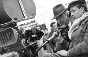 """Vittorio De Sica sul set di """"L'oro di Napoli"""", 1954. Fonte: INDIRE, Olycom S.p.a"""