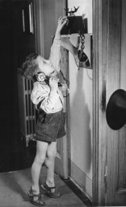 Un bambino al telefono, Milano, 1945. Fonte: INDIRE-DIA, Olycom spa