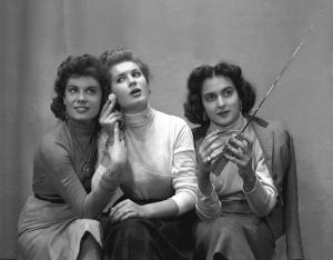 Ragazze con la radio portatile, 1952. Fonte: INDIRE-DIA, Olycom spa