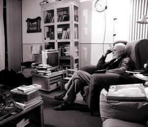 Il regista Mario Monicelli in una pausa di riflessione. Fonte: INDIRE-DIA