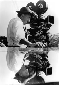 Federico Fellini sul set. Fonte: INDIRE. Ente fornitore: Olycom S.p.a.