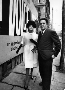 Nella foto con Federico Fellini la modella indossa un abito di Simonetta
