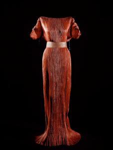 Mariano Fortuny, abito Delphos rosso, 1910 circa. Fonte: Museo Fortuny