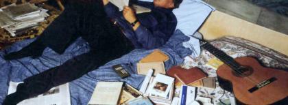 Fabrizio De André nella sua casa di Milano, 1997. Foto di Guido Harari.