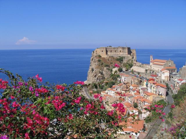 Scilla e il Castello Ruffo sullo Stretto di Messina