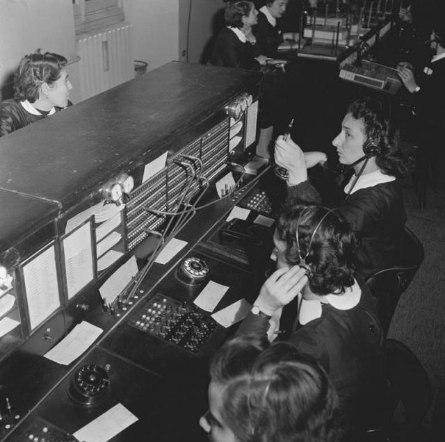 Centraliniste al lavoro, 1952