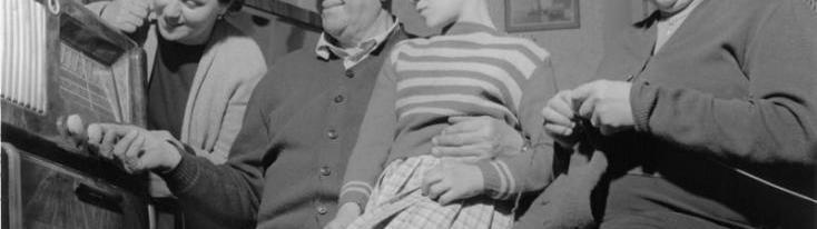 Famiglia attorno alla radio, anni '50