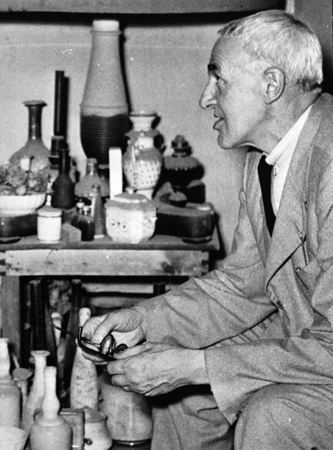 Giorgio Morandi nel suo studio